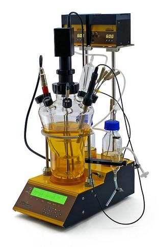 Bioreaktor / Laborfermenter mit Pumpen
